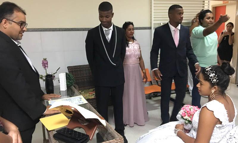 #Bahia: Jovem de 16 anos casa em hospital 1h30 após dar à luz em Santo Estêvão; bebê acompanha cerimônia