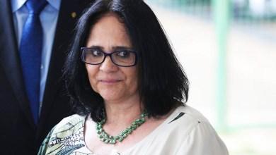 """Photo of Ministra Damares volta a causar polêmica e ataca feministas: """"Não gostam de homens porque são feias"""""""