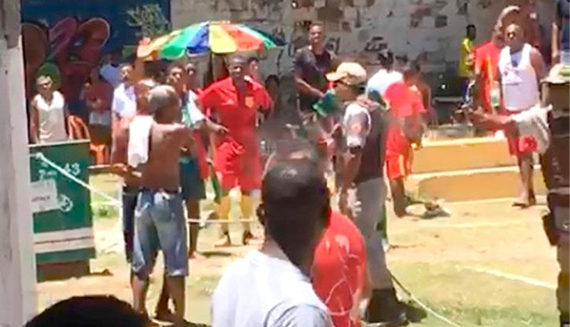#Vídeo: Tumulto com PMs durante jogo de futebol deixa uma pessoa morta e outra ferida em Lauro de Freitas