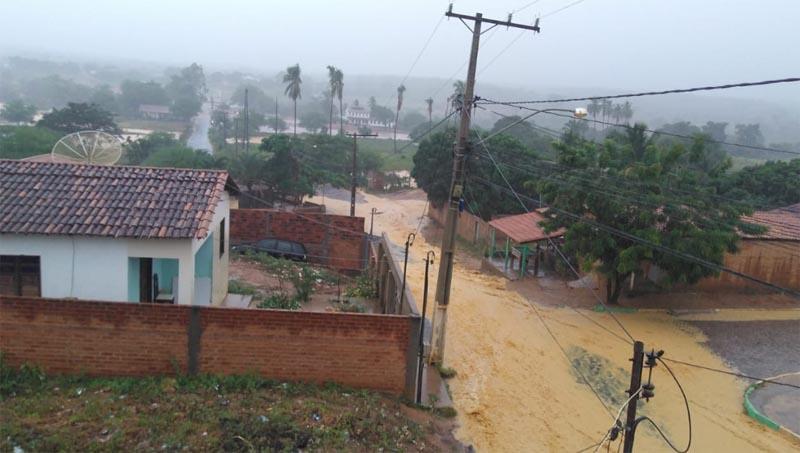 Chuva alivia calor na Chapada Diamantina e volta a encher pontos turísticos; ruas e casas são alagadas em outras regiões