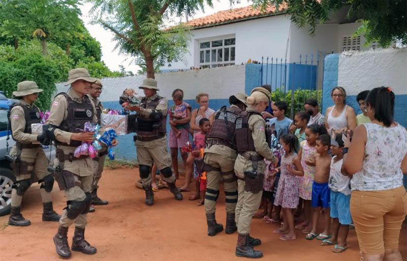 Chapada: Policiais militares do 11º BPM entregam ovos de Páscoa para crianças em povoado de Itaberaba