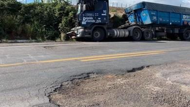 Photo of Chapada: Buracos na BR-242 continuam aumentando na região de Itaberaba e com eles as reclamações de motoristas