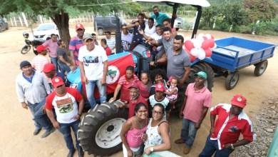 Photo of Chapada: Deputado do PT entrega trator para assentados no município de Iramaia