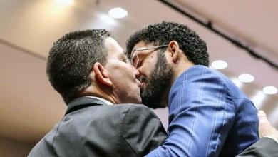 Photo of #Brasil: Deputado David Miranda posta foto romântica com marido Glenn Greenwald após sabatina