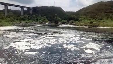 Photo of #Vídeo: Espuma incomum é encontrada no Rio Paraguaçu por moradores de São Félix