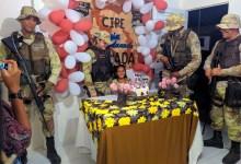 Photo of Chapada: Garota de 7 anos é surpreendida com presença de policiais da Cipe em sua festa em Lajedinho