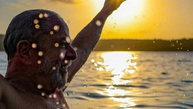 """Photo of Foto registra Lula celebrando a soltura com banho em praia da Bahia: """"Reencontro com a liberdade"""""""