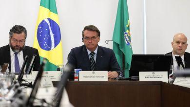 """Photo of """"Não vai passar o vírus ali, o vidro é blindado"""", diz Bolsonaro sobre abertura de casa lotérica"""