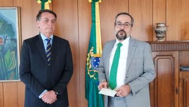 Photo of #Vídeo: Ministro da Educação de Bolsonaro anuncia saída do cargo em vídeo ao lado do presidente