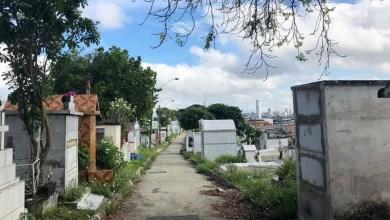 Photo of #Polêmica: Após retirar corpo da avó de túmulo e dançar com cadáver na rua, homem é detido pela polícia em Manaus