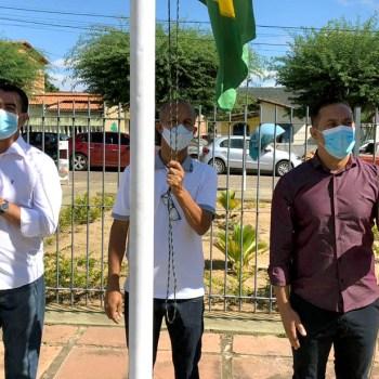 O prefeito Valdes Brito esteve no ato cívico de hasteamento de bandeiras | FOTO: Divulgação |