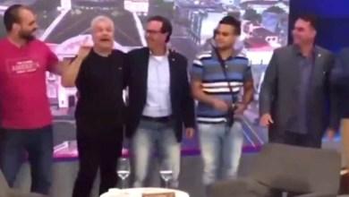 Photo of #Vídeo: Flávio Bolsonaro não comparece em acareação com MPF e grava vídeo homofóbico com Sikêra Jr