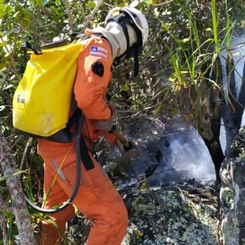 Bombeiros atuando no controle do incêndio florestal | FOTO: Divulgação/CBMBA |