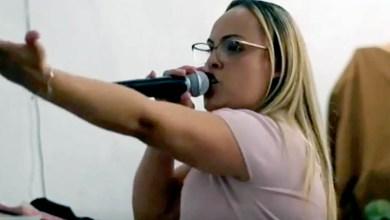 """Photo of #Vídeos: Pastora da Assembleia de Deus prega que mães devem """"jogar no chão e pisar no pescoço"""" dos filhos"""