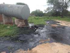 Os invasores derramaram óleo e ainda danificaram veículo oficial da prefeitura | FOTO: Divulgação/PMNR |