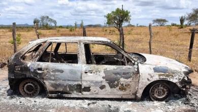 Photo of #Bahia: Polícia encontra dois corpos carbonizados no porta-malas de um carro em estrada de povoado em Ipirá