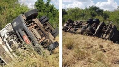 Photo of #Chapada: Caminhão com sacos de nylon tomba na BA-130, entre Ruy Barbosa e Macajuba, e condutor fica ferido