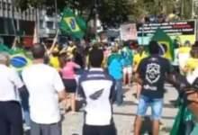 """Photo of #Vídeo: Bolsonaristas reeditam """"marcha da família"""", que deu respaldo ao golpe de 64, e fazem buzinaço em frente a hospital"""