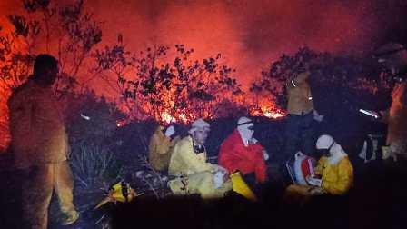 os combatentes voluntários que revezam entre dia e noite, ininterruptamente, para evitar catástrofes,