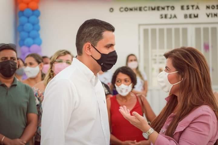 O prefeito Ricardo Mascarenhas e a representante do município na esfera estadual Kátia Bacelar   FOTO: Divulgação  