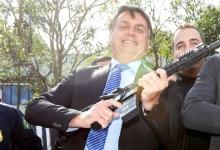 """Photo of #Polêmica: Ao falar do 'caso Lázaro', Bolsonaro defende porte de armas e diz; """"Não durmo sem uma do meu lado"""""""