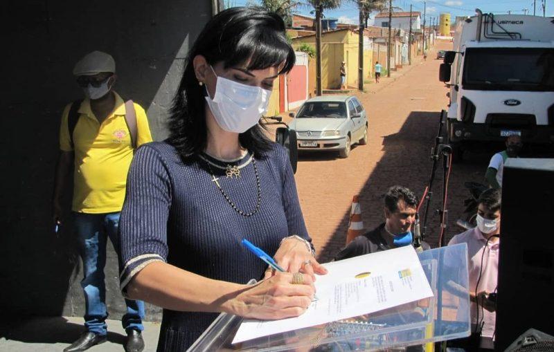 A prefeita Juliana Araújo assina ordem de serviço   FOTO: Divulgação  