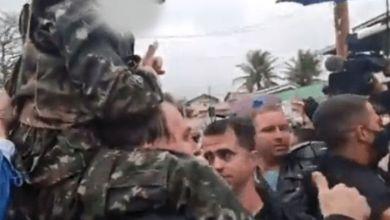 """Photo of #Brasil: Bolsonaro volta a erguer criança fazendo """"arminha"""" com as mãos e cena causa revolta nas redes"""
