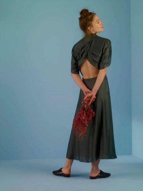 vestido cinza emmanuelle junqueira detalhe costas aberta