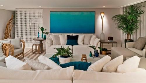 sala sofá branco, parede elemento vazado, quadro azul, ráfia na sala, poltrona de madeira, decoração