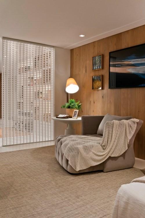 parede elemento vazado, quarto, manta para sofá bege, poltrona capitonê cinza, mesinha lateral abajur direcional, tapete cru