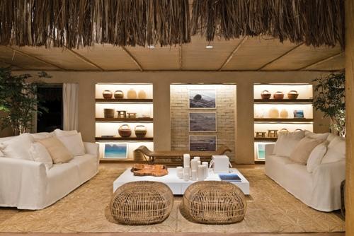 decoração, sala de estar, palha, madeira, puff de fibra natural, sofá branco, parede de tijolinho branco e prateleira com led