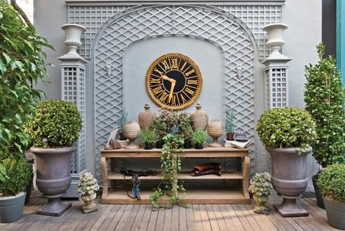 jardim, ambiente externo, plantas, relógio preto e dourado, paisagismo