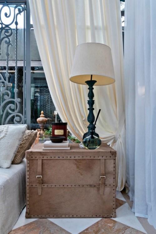 mesa lateral mala de couro, abajur clássico base escura, cortina de linho bege