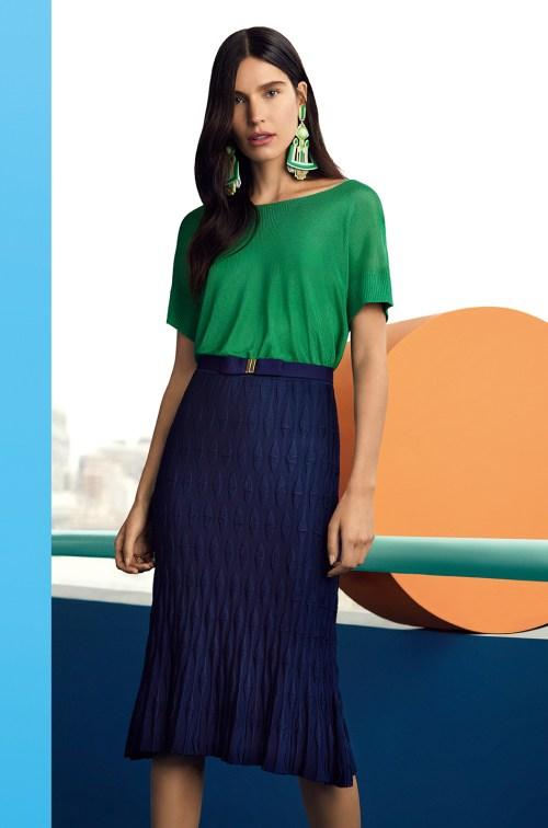 saia midi jacquard azul marinho e top verde + maxi brinco verde - look de primavera/verão - ellen milgrau