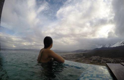 piscina externa arakur ushuaia com música canal de beagle patagonia hotel de luxo