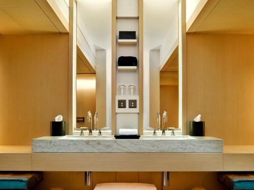 the upper house hong kong banheiro hotel de luxo madeira e mármore luz indireta