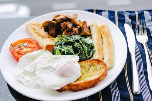 Café da manhã britânico: um verdadeiro cura ressaca com proteínas, carbo e gorduras. English Breakfast