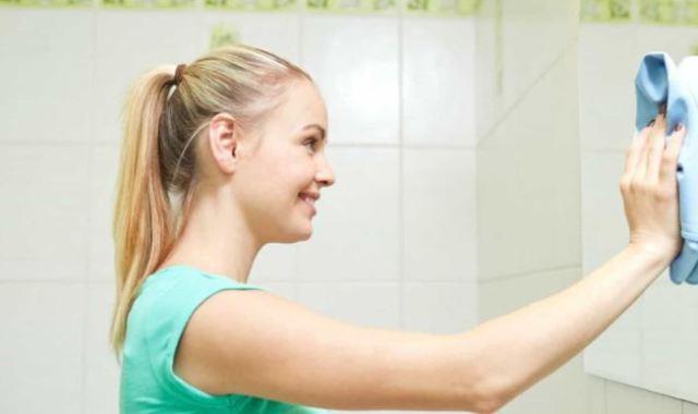 Bicarbonato e vinagre. Três dicas infalíveis para limpar o banheiro