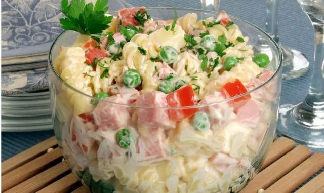 Perfeito para o verão: três receitas de salada de macarrão fáceis e saborosas
