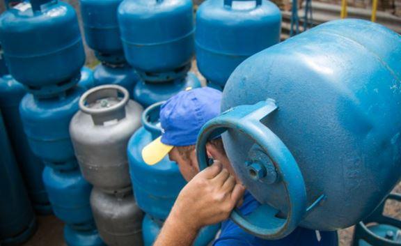 Gás de cozinha volta a subir e alcança R$ 120 no Centro-Oeste, segundo ANP