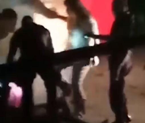 SECRETÁRIA É FLAGRADA CHUTANDO HOMEM DURANTE EM ABORDAGEM
