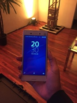 O celular foi apresentado para jornalista na noite desta quinta-feira (25) NAYANA SIEBRA