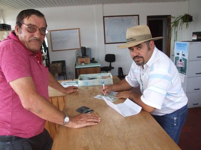 Produtor rural Clécio Giaretta de Reserva do Iguaçu e o auxiliar de fiscalização da Adapar Antônio Edival Lopes (Foto: Gisele de Pádua/Fatos do Iguaçu)