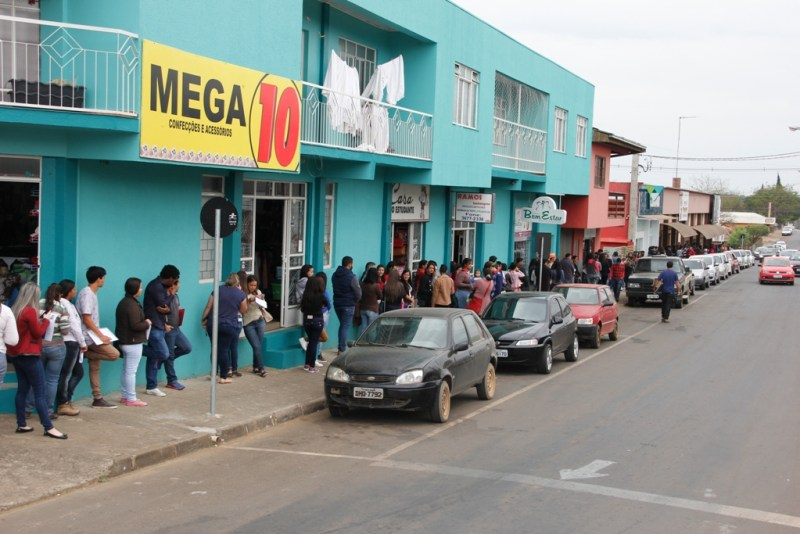 A fila permaneceu durante parte da tarde (Foto:Naor Coelho/Fatos do Iguaçu)