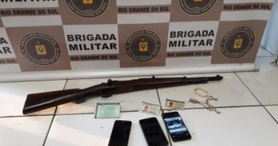 Dupla é presa por porte ilegal de arma restrita em Parobé