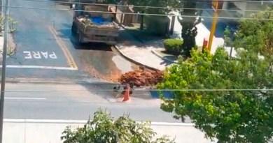 Quebram o asfalto, furam o cano d'água e vão almoçar é só em Guarulhos mesmo.