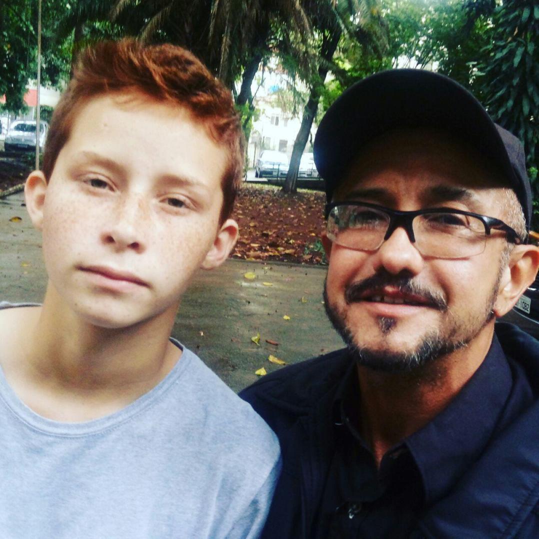 O estudante Leo Nardi e o repórter Léo Moreira Sá, ambos homens trans, na E.E Fernão Dias Paes.