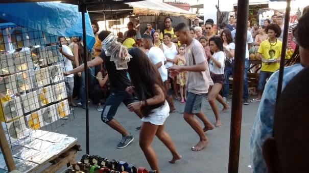Passinho no meio da feira da Teixeira chamou a atenção. Foto: Thaís Cavalcante.