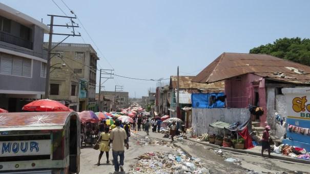 FOTO 14: A população do Haiti sofre com a falta de serviços públicos básicos como coleta de lixo, escola pública, transporte público e o fornecimento insuficiente de energia elétrica, agravados após o terremoto de 2010. Porto Príncipe, Haiti. Foto: Miriane Peregrino