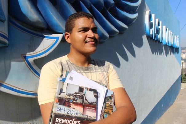 Cosme Felippsen, morador e guia turístico da Providência, com seu material de trabalho. Ao fundo, a Casa da Dona Dodô, um dos pontos turísticos do morro. Foto: Miriane Peregrino